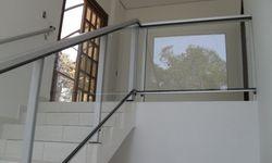 Corrimão de alumínio e vidro