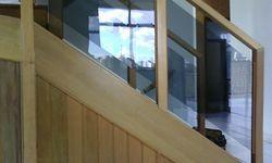 Guarda corpo em madeira e vidro