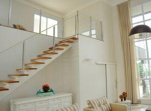 escada com guarda corpo de vidro