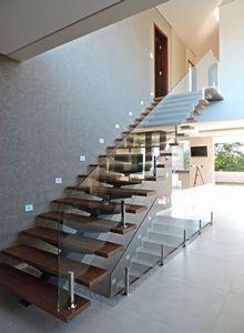 escada de madeira com guarda corpo de vidro