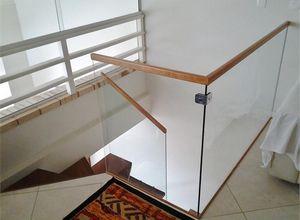 guarda corpo de vidro e madeira